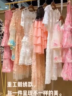 重工刺绣,每一件都呈现出不一样的美,就是价格有点小贵。喜欢的宝宝可以先点关注主播哦!