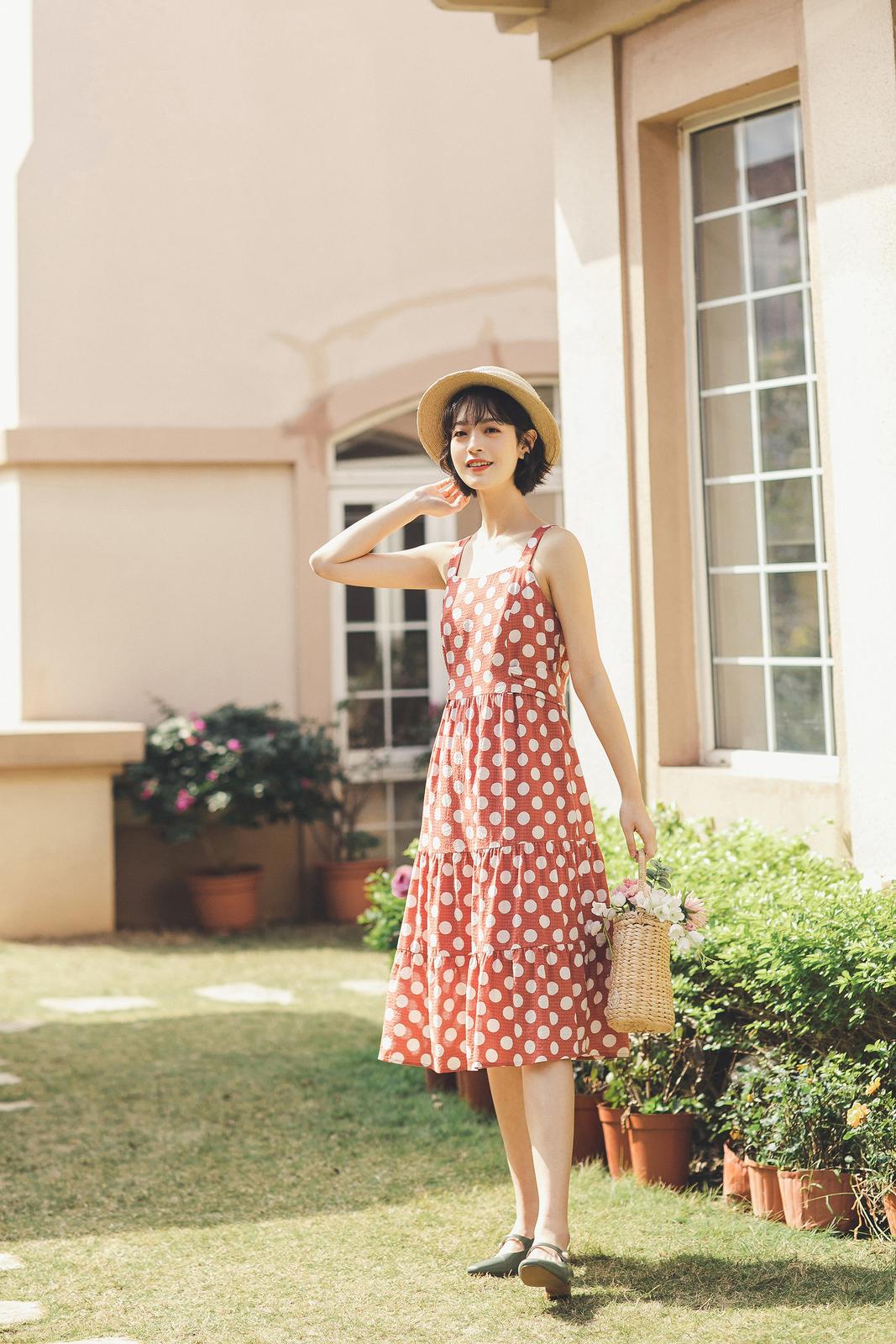 淡淡的妆容 复古的裙子 焕然一新的样子 稍微改变一下心情 变化身边的小事物 慢慢地你会发现 取悦自己也是一种幸福 #心情和裙子一样美#