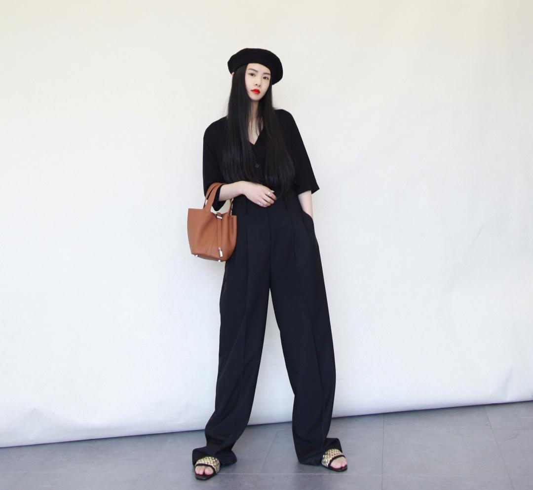 all black的复古搭配,用帽子提升复古感,棕色包包打破色彩的单调 衣服裤子:THE LOCUST 包:Hermes #今天穿什么#