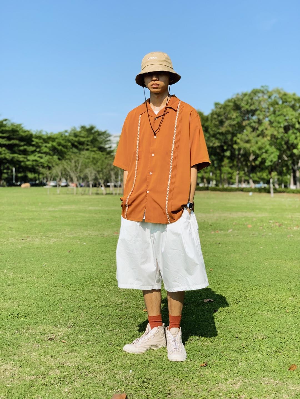 难得好天气,定要出去跟太阳拼个你死我活!  -整体是比较阳光活泼的日系风格😬  -橘色的衬衫就很活泼🍊两边刺绣还带点复古的感觉是我的菜了,还有滑滑的冰感面料也不会让我热的难受  -因为要去草地🌱挑一条干净阳光的裤子,选白色就没错了,满满夏日气泡水的味道! 都给我人手一条  -鞋子选一双跟裤子呼应的总不会出错,让干净的感觉翻倍! 袜子则与衬衫呼应,细节到位 马子自然也到胃 然后帽子选个浅色的统一一下整体 最后抱着这个夏天你最靓的自信就可以出门了🚶🏼  🎩Outdoor 👕 KuroKawa 🩳Nothomme 👞Converse @蘑菇穿搭酱 @蘑菇男神pick君 @蘑菇look君 @蘑菇搭配君  #全民搭配挑战赛#