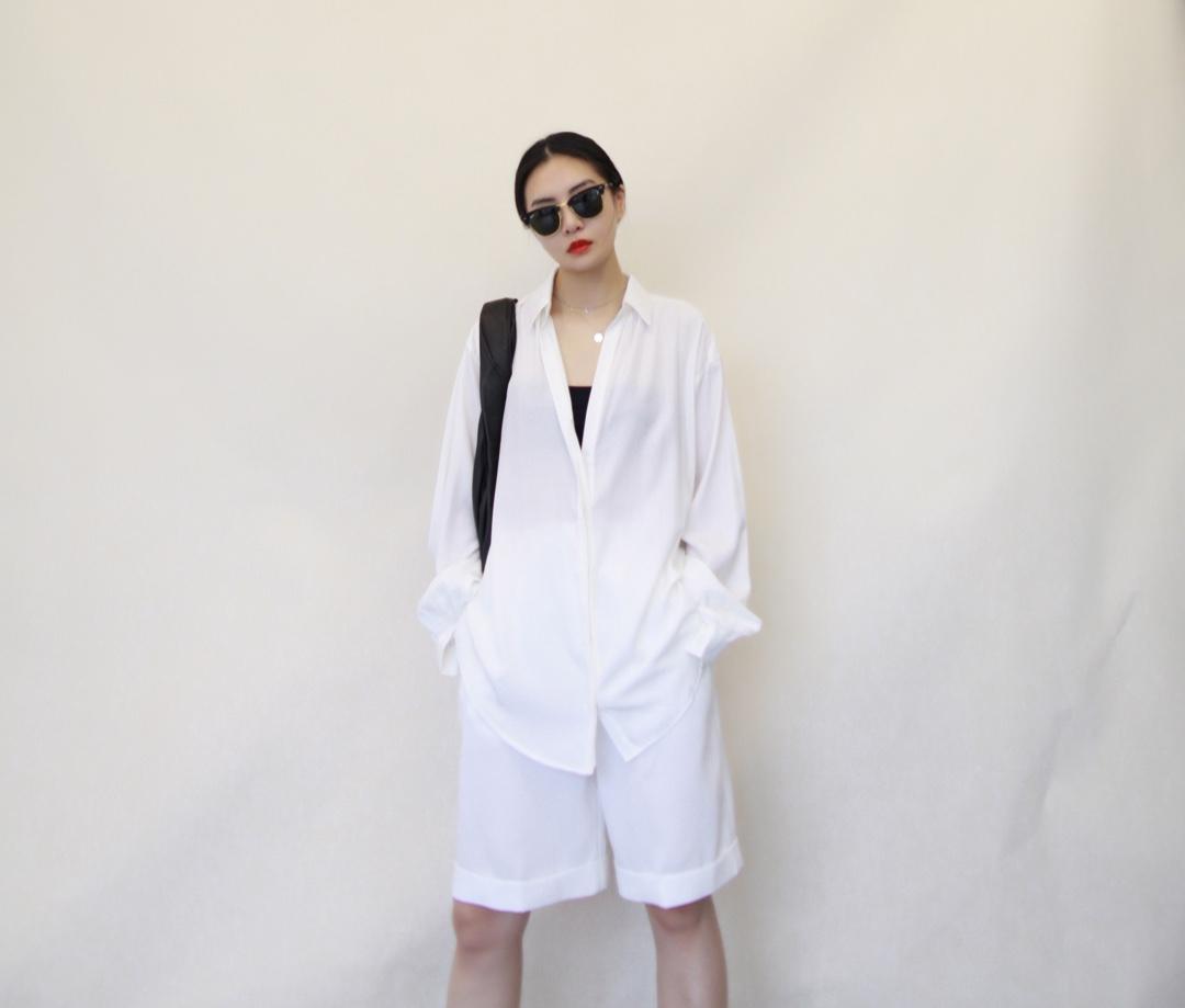 继续夏季都市度假休闲风搭配,这种全白配色,还是需要鞋子和包用重色来压一下的,全白简单经典,人人都适合,衬衫尽量选慵懒些的微透面料, 衣服裤子:THE LOCUST 鞋子:Hermes 包:lemaire #今天穿什么#