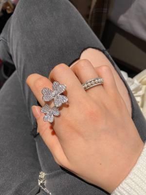 梵克雅宝最新Feivole花朵满钻套装 春天的气息为Frivole系列纯洁闪耀的风格注入勃勃生机。精致的心形花瓣组成华美优雅的立体花朵,闪耀的钻石点缀其中,绽放出耀目华彩。此系列沿用自1920年代起便采用的镜面抛光工艺,完美提升了金属的亮度,使得花瓣交相辉映出耀目光影。 直播间预告过!闪到去世!给我来抢第一批!