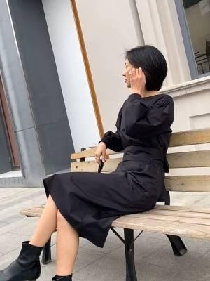 简简单单的连衣裙 VV:身高167cm,體重45kg,試穿S碼&均碼 LOOK:简约款的连衣裙真的是衣柜放多少都不嫌多, 因为简单,所以不会过时, 纯色的设计搭配起来也是炒鸡省心的, 这款复古泡泡袖的连衣裙特别遮手臂肉肉, 而且还搭配了同色腰带可以自由DIY,松紧也自由控制哦, 更重要的是裙身有层加绒的里布,所以冬天穿也依然暖暖的, 室内单穿都没问题哦,室外只需搭个毛呢大衣, 立刻就变身韩范温柔小姐姐 #穿搭日志#