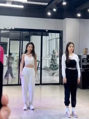 来段舞蹈给你们看吧,原相机拍摄显人胖,旁边那个是我舞蹈老师,辣妹 #女生拍照大法#
