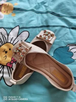 鞋子很好看,而且也很合脚,鞋子的