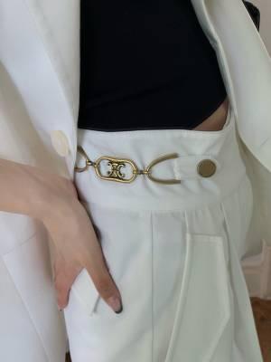 听说你们都喜欢这个白裤子 看到凯旋门就知道是Celine的裤子了吧!九分萝卜裤 谁都能穿 不挑人