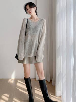 慵懒风V领纯色中长款宽松毛衣 VV:身高167cm,體重45kg,試穿S碼&均碼 LOOK:非常轻柔舒适的一款宽松针织衫 V领设计增添女人味,宽松的版型宽容度很高,胖瘦皆可不挑人穿,上身是很慵懒随意的感觉,纯色设计还很好搭配,半身裙或者长裤都很有feel哦 #穿搭日志#
