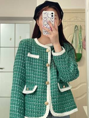 绿色饱和度很高真的很特别!而且扣子很精致,做工也非常好,最近在瑜儿家入的几件外套都好喜欢! #yoke瑜儿_粉丝晒单#