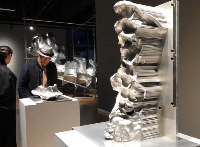 清晰还原掌纹 雕塑家借力金属3D打印技术新作首秀